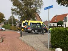 Auto rijdt fietser aan in Wezep, vrouw met hoofdletsel naar ziekenhuis