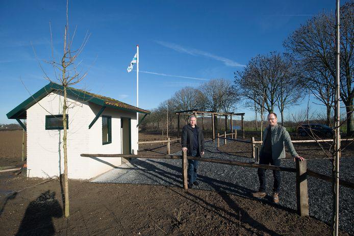 Guido Ariessen (links) en Emiel Stam bij de rustplaats voor wandelaars van het Pieterpad in Spijk.