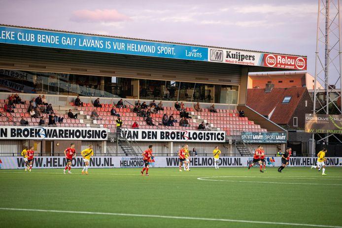 De tribunes bij Helmond Sport zijn niet vol in coronatijd.