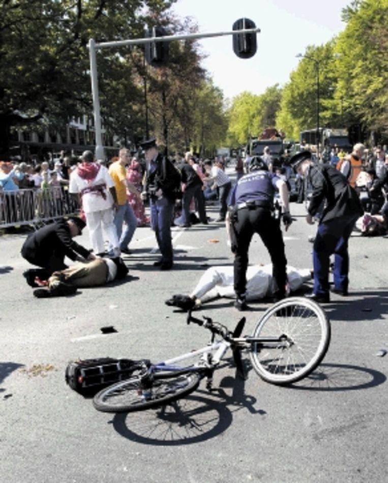 Agenten verlenen eerste hulp aan de slachtoffers. (FOTO REUTERS) Beeld