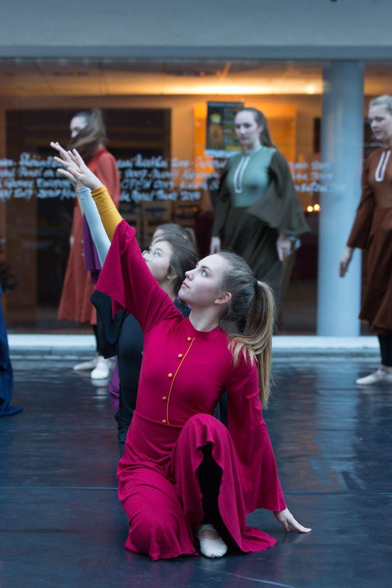 Vredeslicht Tongeren Dansgroep Imago Tijl begeleidde het vredeslicht in Tongeren
