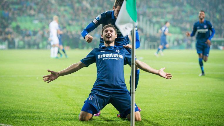 Arber Zeneli scoort voor SC Heerenveen. Beeld anp