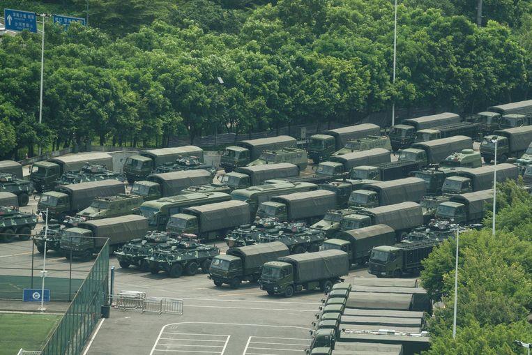 Tientallen voertuigen van het Chinese leger verzamelen aan een stadion nabij Hongkong.