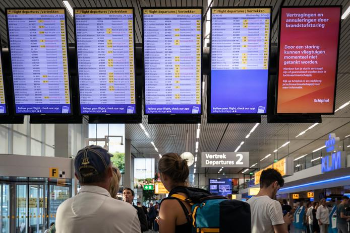 'Geannuleerd' staat er bij tientallen vluchtnummers op de vertrekborden. Een bord is helemaal vrijgemaakt voor de broodnodige uitleg.