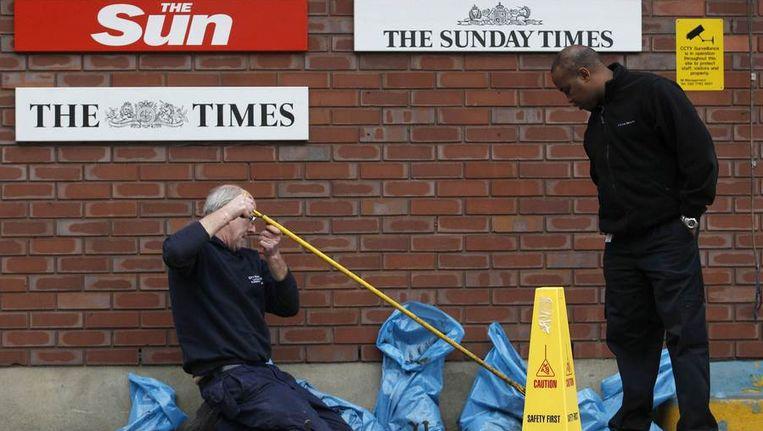 Rioolwerkzaamheden in november bij het gebouw waar de redactie van The Sun en The Times huizen - allebei Murdoch-kranten. Beeld reuters