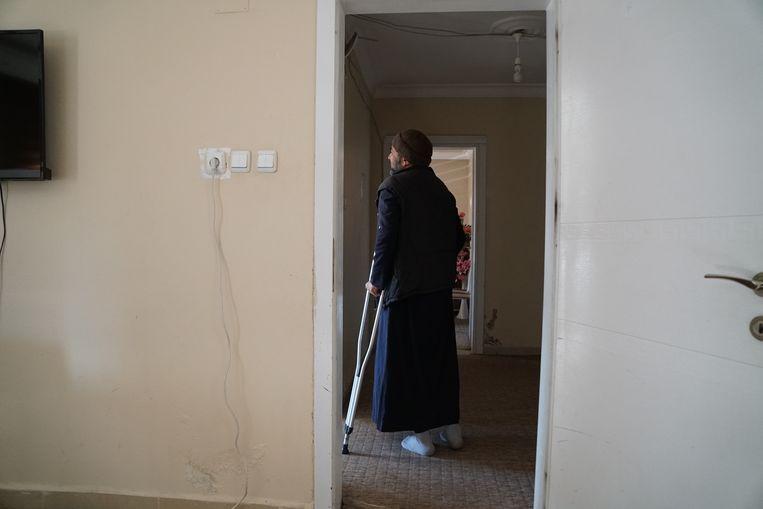 De Syrische vluchteling Ghassan Qasem. lijdt aan leukemie. Hin wordt opgevangen in een centrum net over de Turkse grens. Zijn vrouw en kinderen zijn nog in de Syrische provincie Idlib. Hij heeft al dagen niets van hen gehoord.   Beeld Melvyn Ingleby