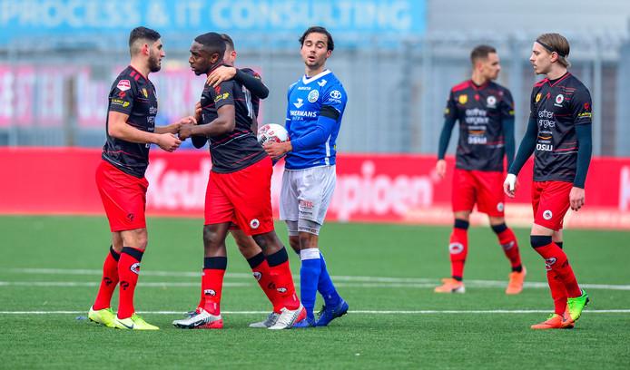 Ahmad Mendes Moreira wordt door zijn ploeggenote van Excelsior gekalmeerd, terwijl Mats Deijl namens FC Den Bosch de bal in handen heeft.