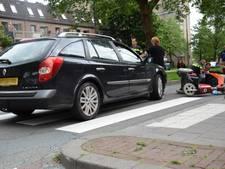 Automobilist rijdt scootmobieler omver op zebrapad