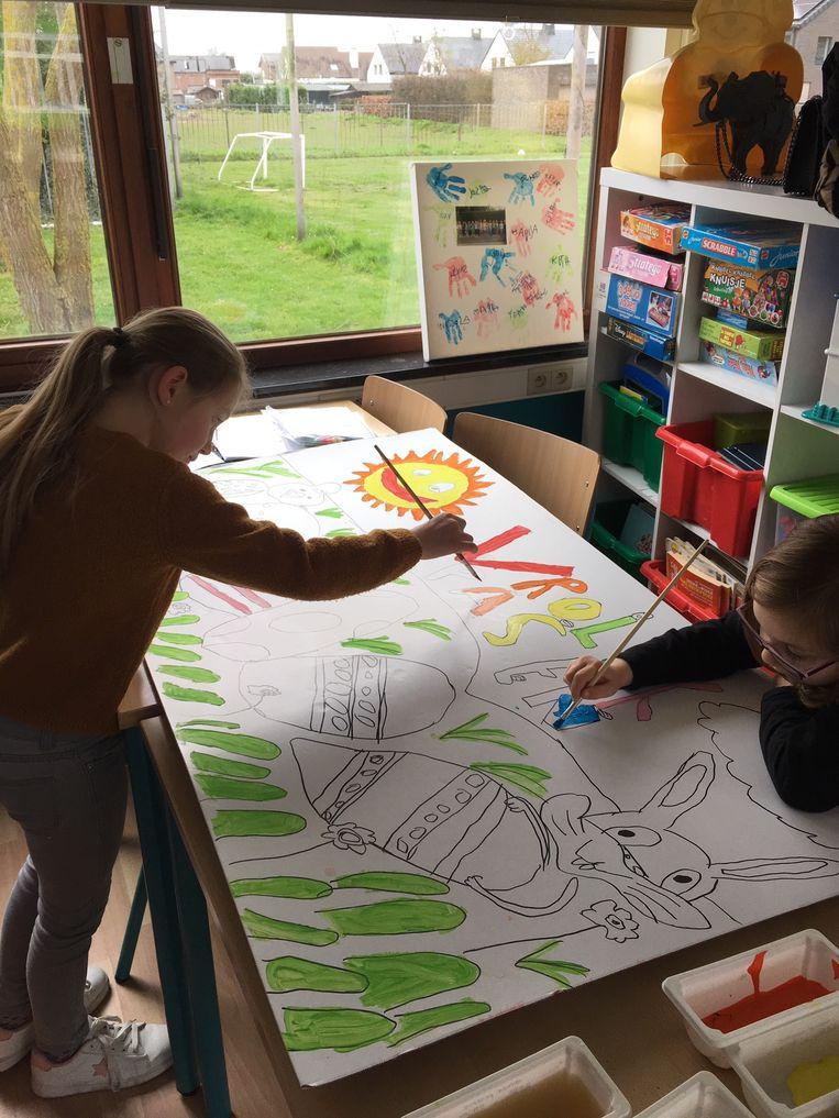 Kinderen De Zonnbloem maken tekeningen voor de gangen van het rusthuis.
