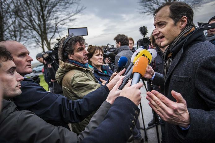 Minister Eric Wiebes (Economische Zaken) bezoekt het aardbevingsgebied in Groningen