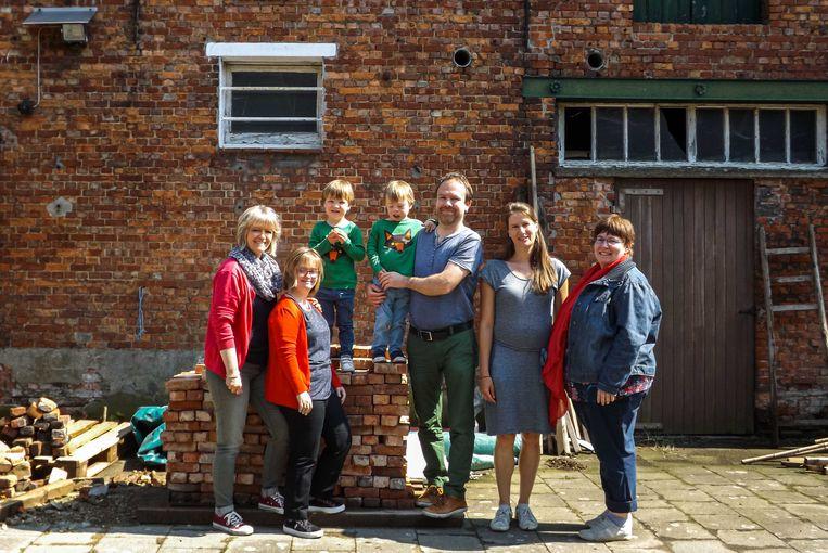 De mensen achter de vzw Valkenisse: Rob Desair en Martine Scholiers met kinderen Jules en Louis, Linda Schepers met dochter Hélène Van Peborgh en An Scholiers.
