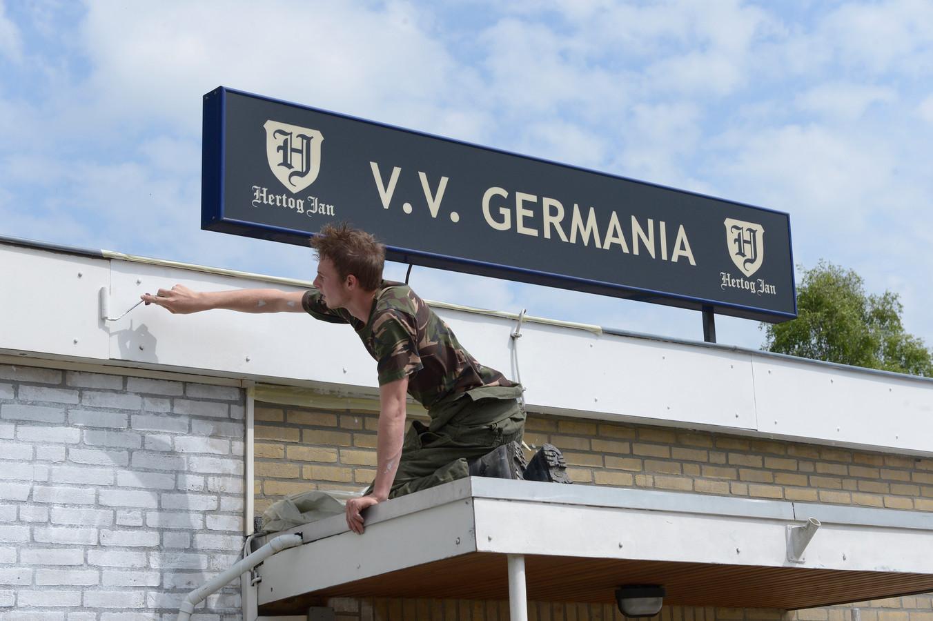 Deze schilder is geen vrijwilliger van Germania. De club werd geholpen door een actie van radiozender Veronica.