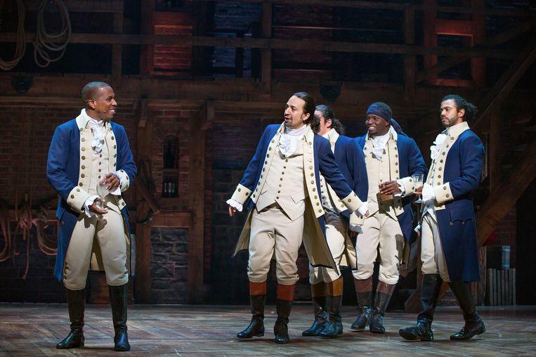 Lin-Manuel Miranda (tweede van links) in de rol van Alexander Hamilton. Beeld Disney+