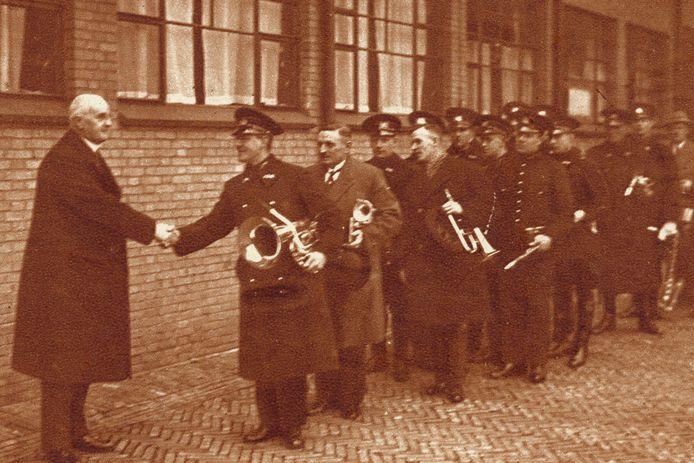 Burgemeester Dr. J.P. Fockema Andrea neemt afscheid van zijn politiemannen in 1933.
