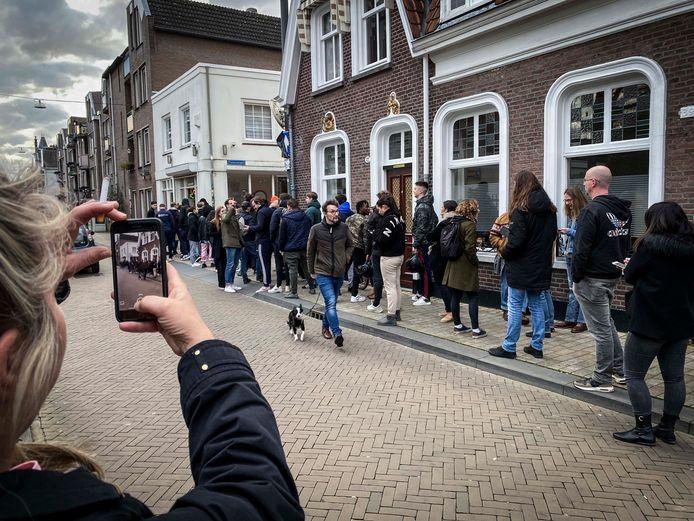 Coffeeshops Tilburg blij dat ze afhaalloket mogen openen: 'Klanten zijn  helemaal gelukkig' | Tilburg e.o. | bd.nl