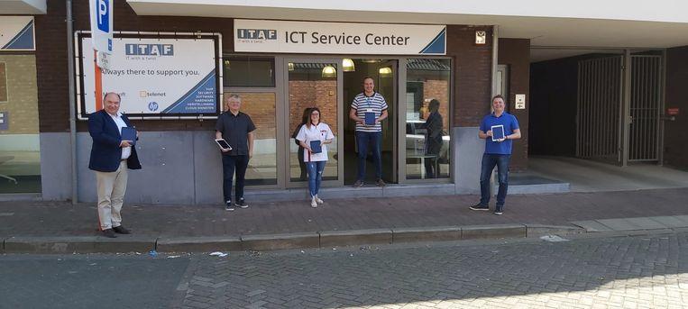 ITAF schenkt vijf iPads.