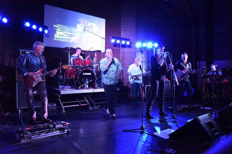 The Crowd tijdens een van hun optredens.