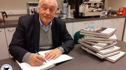Oud-speler Eendracht Aalst Paul Van Himst signeert 50 jubileumboeken
