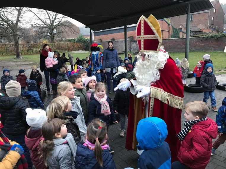 De Sint in gesprek met de kinderen.