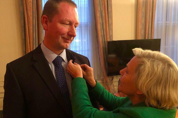 Arjan Otter uit Waarde kreeg maandag een draaginsigne voor veteranen van minister Ank Bijleveld.