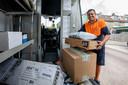 Pakketbezorger Marcel Helling aan het werk.