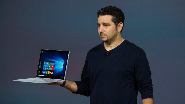 Panos Panay, hoofd van Microsoft Surface-afdeling, presenteert de eerste laptop van Microsoft. Beeld getty