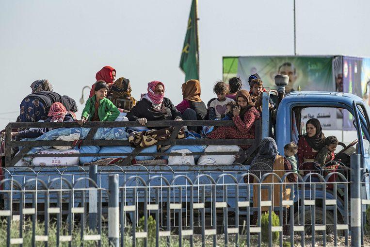 Syrische families vluchten uit de stad Ras al-Ain.