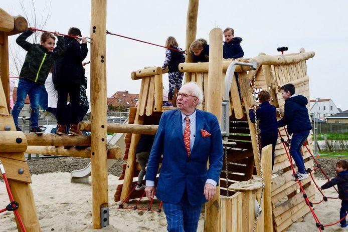 Burgemeester Leopold Lippens opende de speeltuin in de wijk Heulebrug.