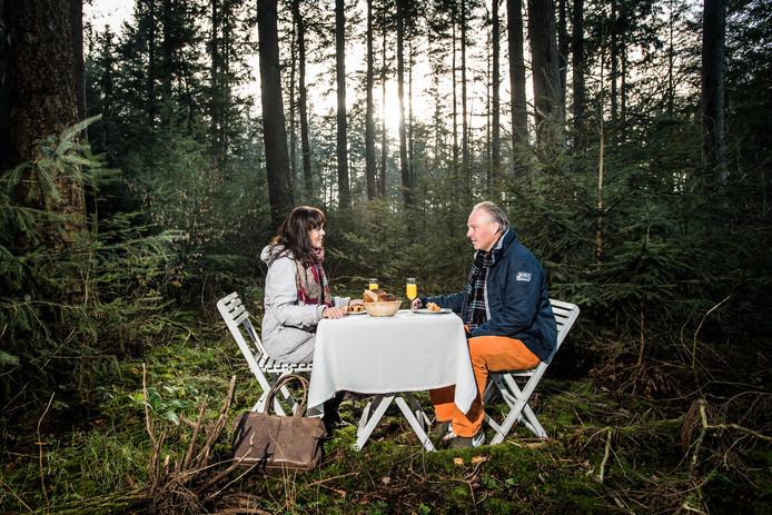 Ria Maliepaard en Remco Dijkstra ontmoeten elkaar in het bos bij Ede.