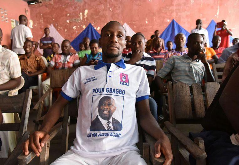 Aanhangers van Gbagbo kijken in de Ivoriaanse hoofdstad Abidjan naar een live-uitzending van het proces tegen hun voorman. Beeld afp