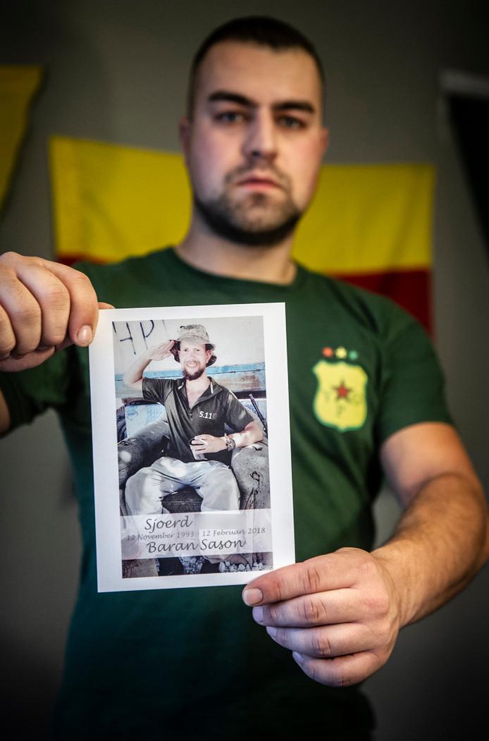 Devin met een foto van de in de Syrië gesneuvelde Nederlander Sjoerd H.