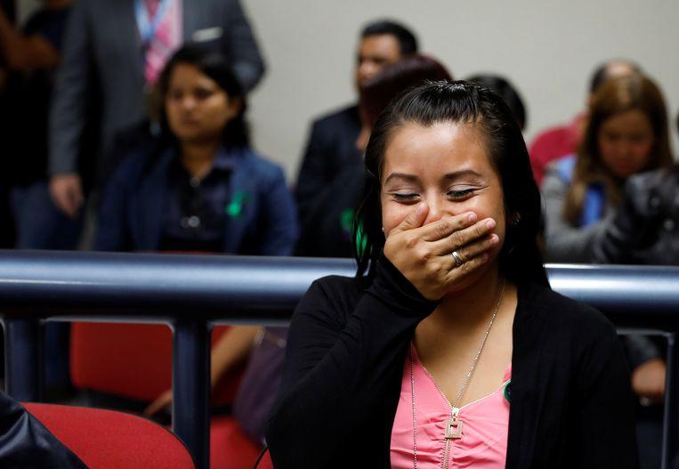 Evelyn Hernandez reageert blij en opgelucht als ze in de rechtszaal in Ciudad Delgado hoort dat niet terug naar de gevangenis moet. Beeld null