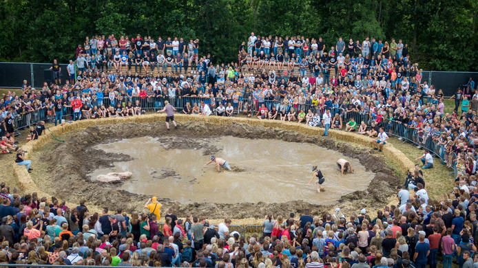 Het onderdeel 'zwientie tikken' trekt ieder jaar honderden toeschouwers op het Dicky Woodstock Popfestival.