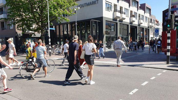 Het sein staat zaterdagmiddag op oranje in de binnenstad van Breda.