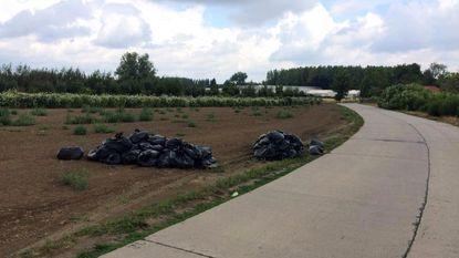 Sluikstort van 40 zakken met aarde van cannabisplantage