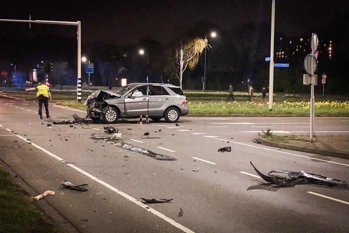 Een auto heeft flinke schade.
