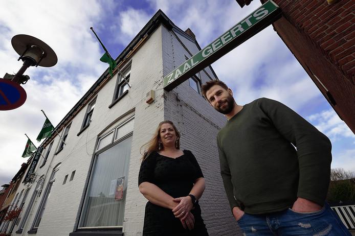 Diane Eskes en Matthijs Sturm poseren dan wel onder de lichtbalk van Zaal Geerts, de naam zal na een halve eeuw toch veranderd worden in 'Unieke Werken'.