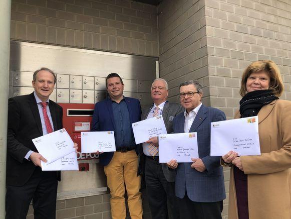 De leden van de Vlaamse Volksbeweging maken hun eisen over aan de Vlaamse partijen. Van links naar rechts: Bart Laeremans, Kurt Ryon, Bob Wellens,  Hugo Maes en Hilde Roosens.