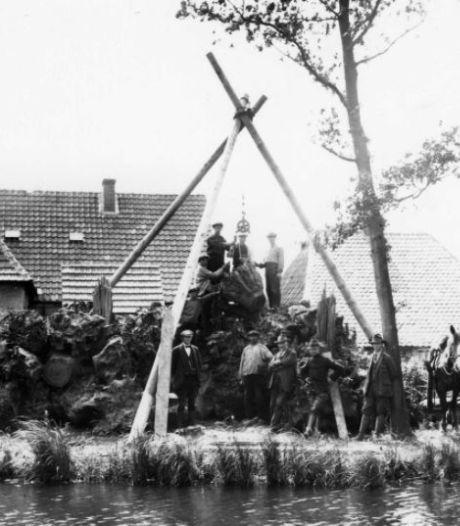 Leerlingen Zone College Borculo poten 1925 bostulpen op plek van het stobbenmonument