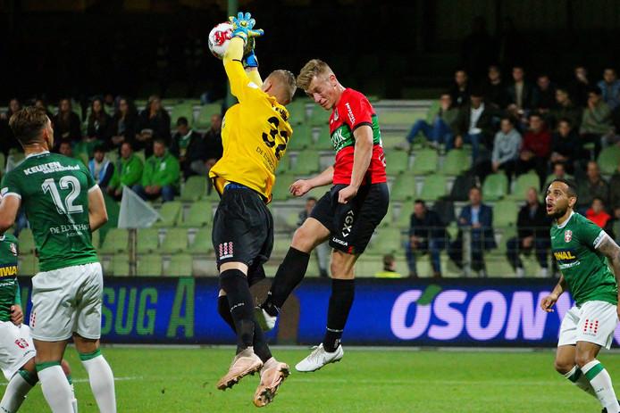 Basisdebutant Andries Noppert (in het geel) plukt de bal uit de lucht.