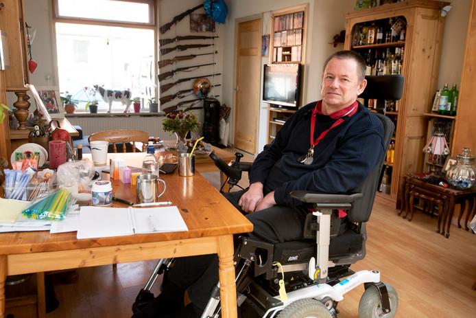 De ziekte bracht Dick Koldewijn uiteindelijk in een rolstoel. Hij is nog maar een deel van de dag uit bed en moet daarna weer plat.