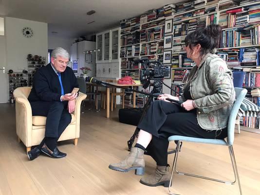 Jan van Zanen wordt bij hem thuis geïnterviewd door programmamaakster Carine van Santen.