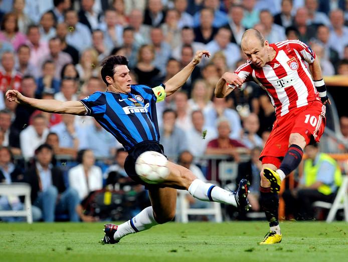 Javier Zanetti kan niet voorkomen dat Robben kan uithalen in de finale tegen Inter.