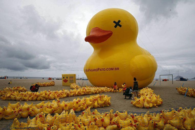 De gele opblaaseend in Brazilië Beeld anp