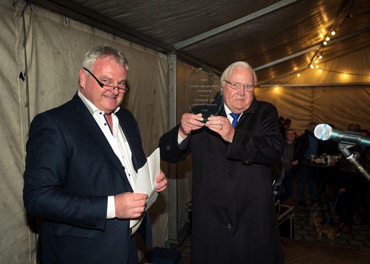 Walter Van der Plaetsen (rechts) werd recent nog gehuldigd als ereburgemeester. Links zie je huidig burgemeester Frank Gys.