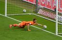 Lukás Hrádecky kan de bal net niet voor de lijn weghalen.