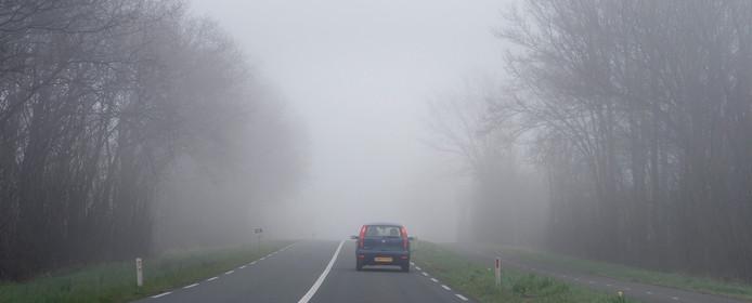 Auto in de mist.