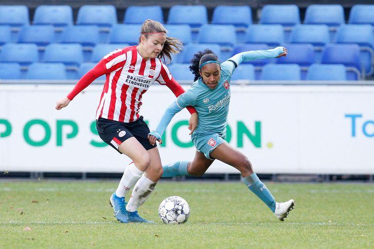 Kayleigh van Dooren (PSV) en Ashleigh Weerden (FC Twente) Beeld BSR Agency