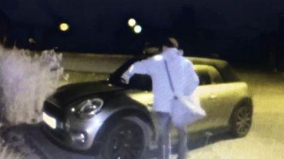 Vandaal gefilmd die ruitenwissers van auto's afbreekt