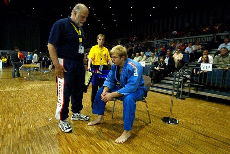 2003: Elco van der Geest praat na met zijn vader, nadat hij zilver heeft veroverd op het EK judo. Beeld ANP